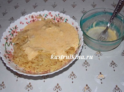 смешать тертую картошку с соусом