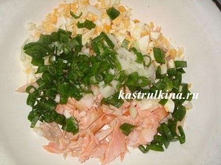 смешать рыбу с яйцами и луком
