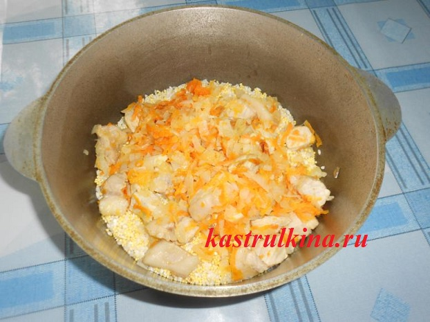 смешиваем пшено рис и мясо в казане