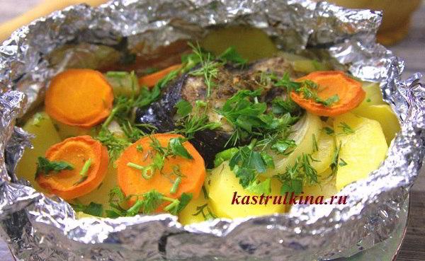 Толстолобик, запеченный в духовке в фольге с картофелем