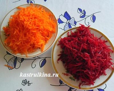 натертая сырая свекла и морковь