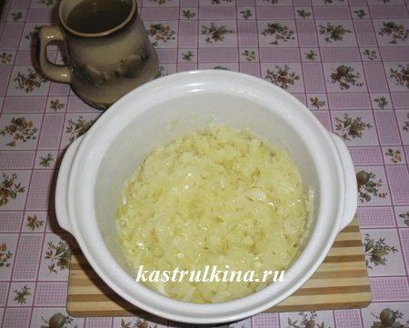 тушеный в микроволновке лук для супа