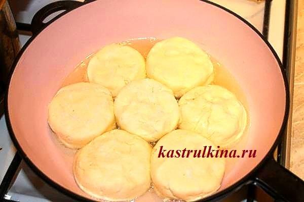 выкладываем сырники на разогретую сковороду с маслом