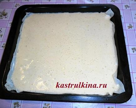 вылейте бисквитное тесто на противень