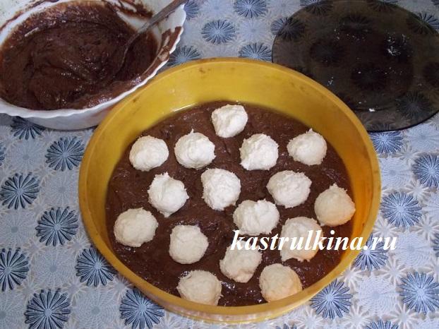 выливаем тесто в форму и добавляем творожные шарики