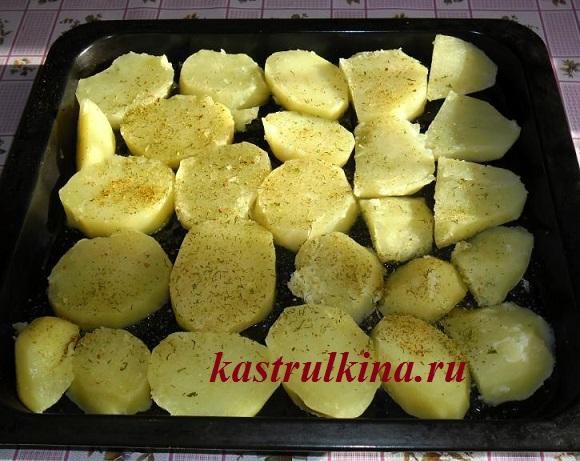выложите картофель на противень и посыпьте приправой