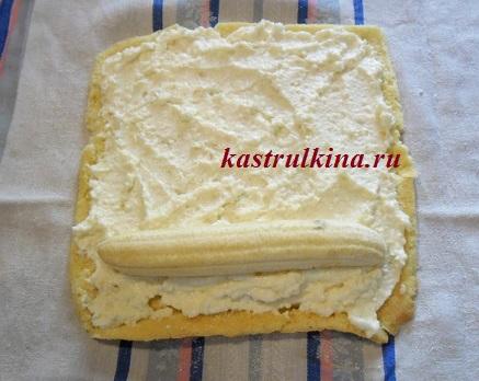выложите на бисквитное тесто творог и банан