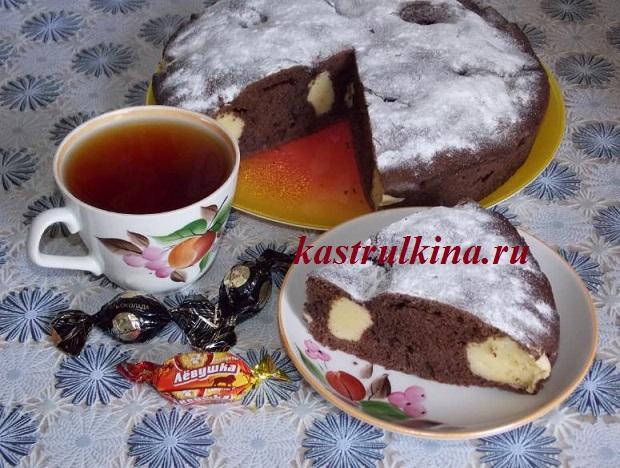 вкусный шоколадный пирог с творожными шариками готов