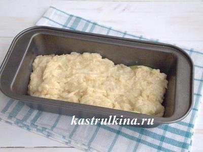 выкладываем тесто на яблоки