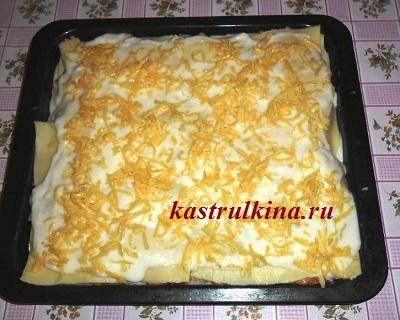 выложить на лазанью сверху соус и сыр