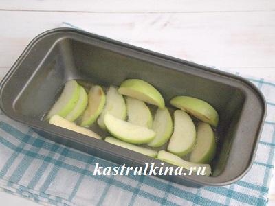 яблоки кладем в форму на карамель