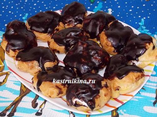 Заварные пирожные с белковым кремом и шоколадной глазурью