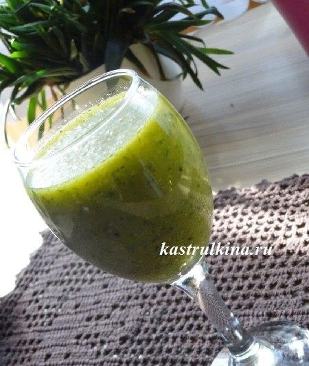 зеленый коктейль из киви, сельдерея и манго