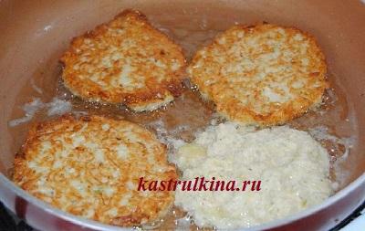 жарим картофельные оладьи