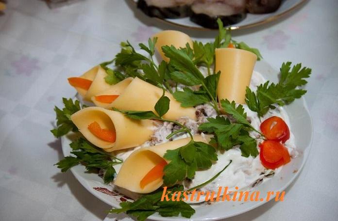 как украсить сырный или рыбный салат фото