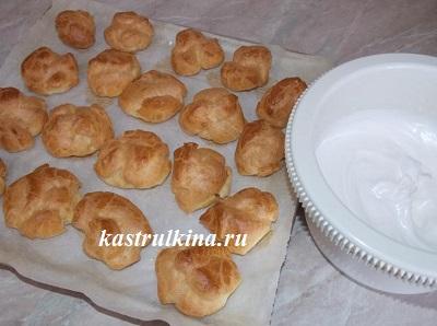 пирожные после выпечки и крем